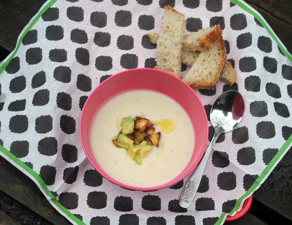 suppe af hvide bønner og pastinak