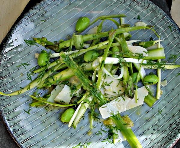 Salat af rå - / kogte asparges , parmesan samt dild