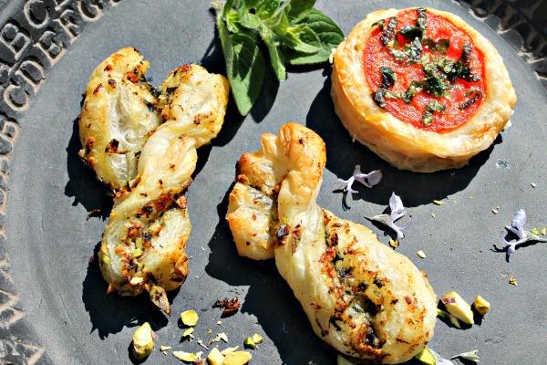snoet brød med pesto samt tartelet med tomat