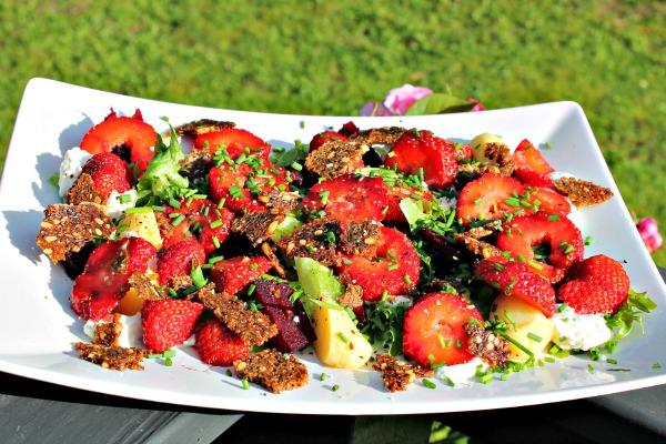 salat med bagte rødbeder og jordbær