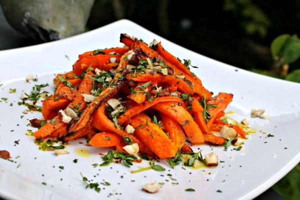 Bagte gulerødder med nødder og timian