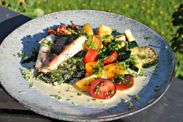 skindsteegt rødfisk med frisk spinat