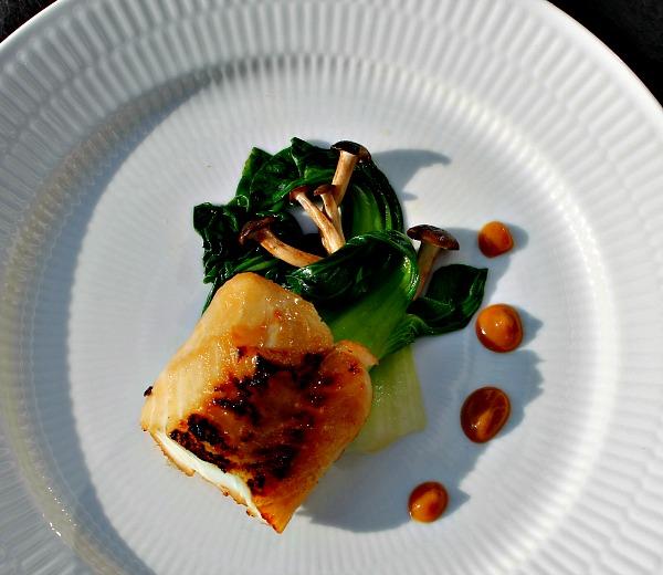 Miso torsk med pak choy samt bøgehatte