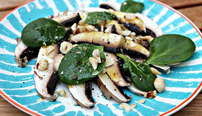 carpaccio af svampe med nødder