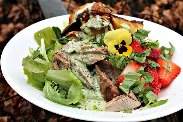 Kalkuncuvette med ovnbagte kartofler, salat og grøn dip