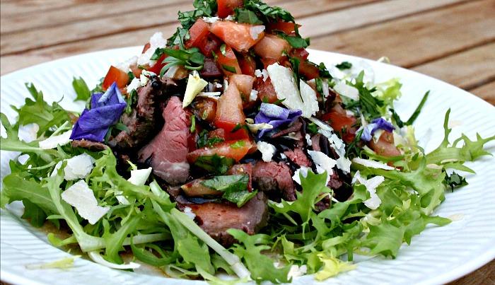 salat med kød, tomater,parmesan