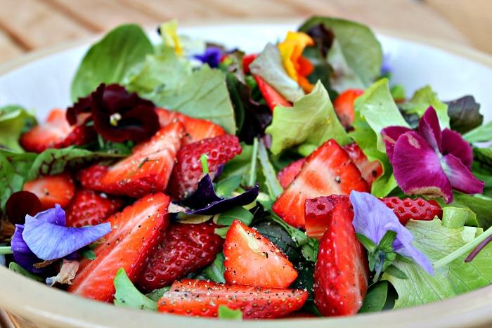 salat med jordbær og hornviol