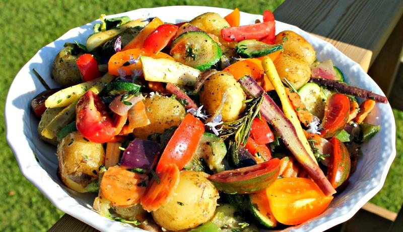 salat med nye gulerødder, courgetter,løg