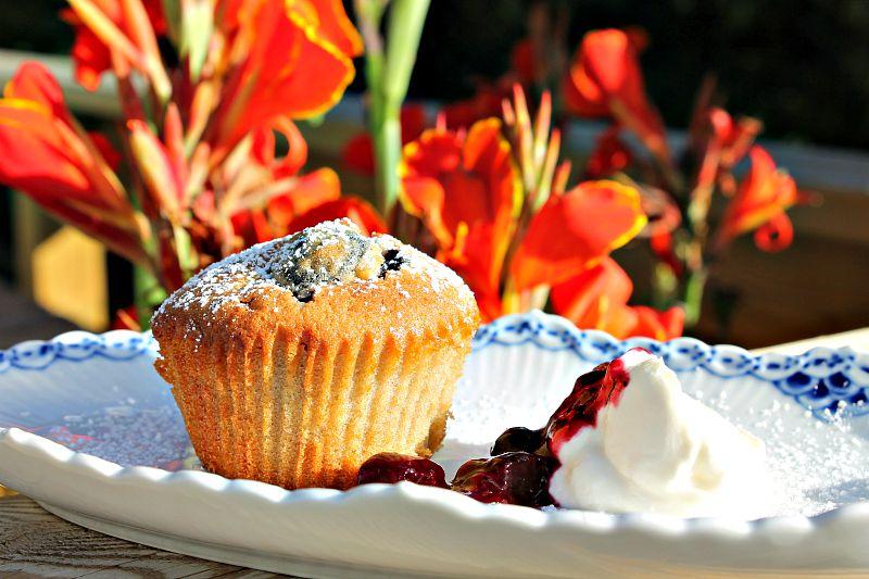 muffin med marcipan og kirsebær