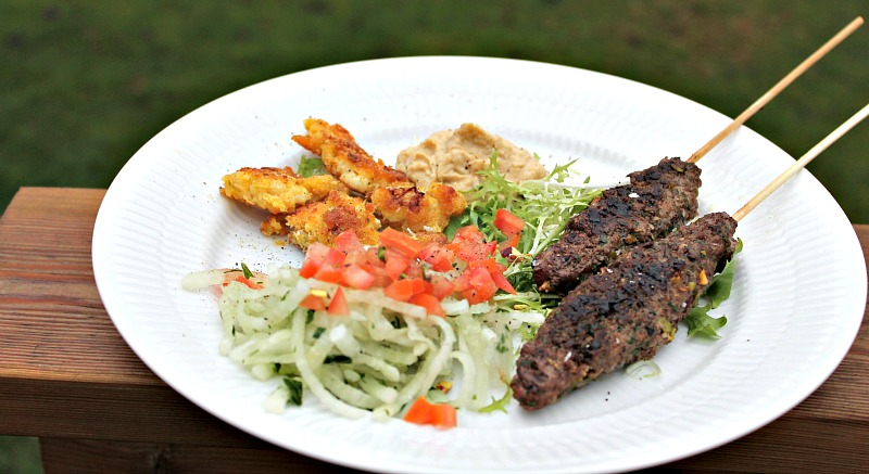 Köfte med salat af revet kina radisser - hummus og blomkål