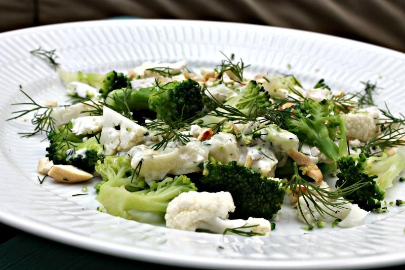 Broccoli og blomkålsalat med dild