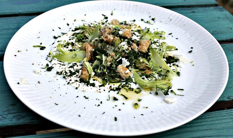 salat med broccoli og blomkål samt fetacreme