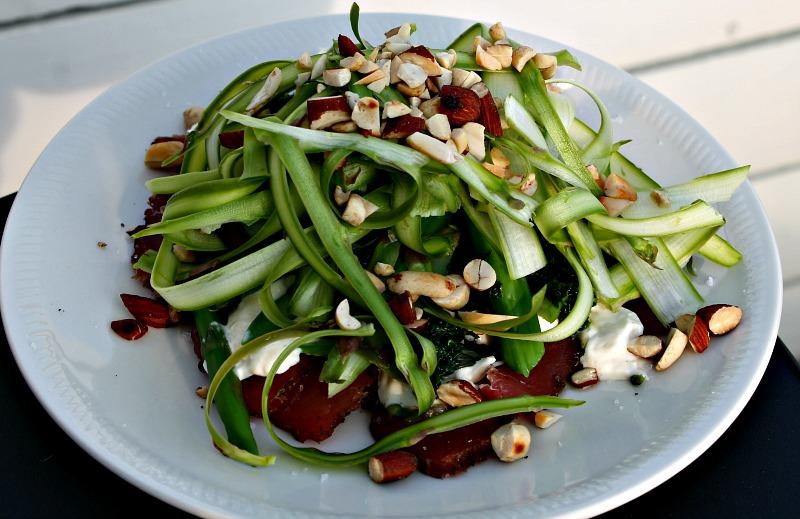 Peber røget mørbrad med asparges,nødder samt peberrod