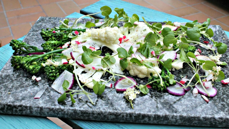 salat med rå blomkål, brøndkarse, radiser