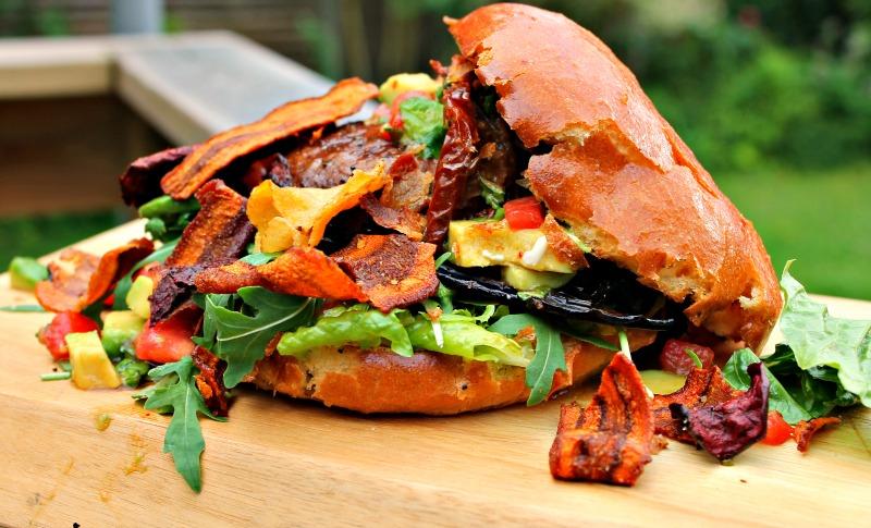 burger vegetar med portobello svampe og rodfrugtchips