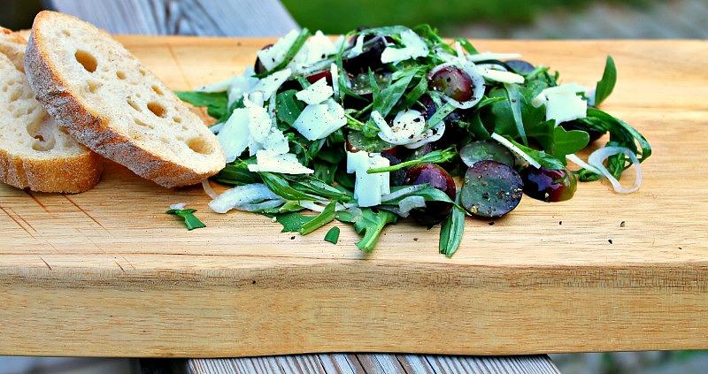 salat af estragon, druer og gedeost
