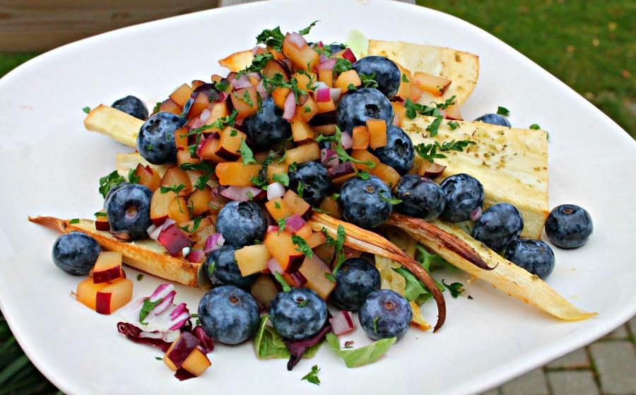 Bagt pastinak med blåbær-blommesalsa