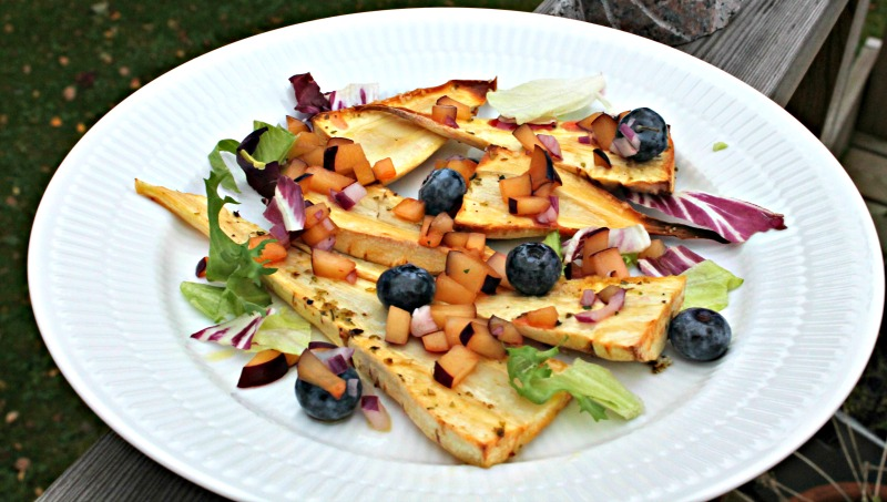 Bagte pastinakker med salsa af blåbær og blommer