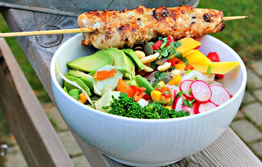 Kyllingspyd med salat af nudler og frisk grønt