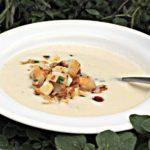 Suppe af ovnbagt knoldselleri med saltet mandler